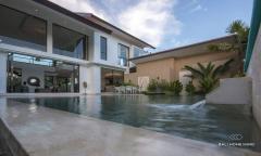 Image 2 from Villa de luxe de 4 chambres à vendre en pleine propriété dans la région de Tanah Lot